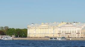 Constru??o do Senado e do s?nodo e o rio no ver?o - St Petersburg de Neva, R?ssia video estoque