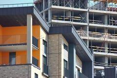 Constru??o moderna do multi-andar e dos pr?dios de apartamentos estruturas concretas pelas vidas do pessoa na cidade casas da con fotografia de stock royalty free