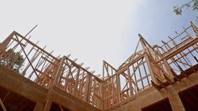 A constru??o nova da casa da constru??o do feixe moldou a terra acima vídeos de arquivo