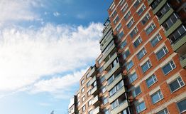 constru??o residencial do Multi-andar contra o c?u azul fotografia de stock royalty free