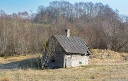 A constru??o velha de um bathhouse alastrando em um campo em uma explora??o agr?cola em Let?nia foto de stock