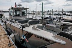 Construa uma ponte sobre a área vista em uma embarcação de pesca moderna em um porto de Nova Inglaterra imagem de stock