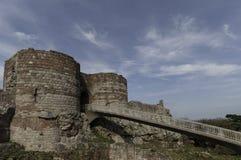 Construa uma ponte sobre a condução às ruínas do castelo de Beeston Fotografia de Stock