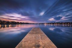 Construa uma ponte sobre a condução no lago que espera o Sun para aumentar Fotos de Stock