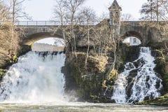 Construa uma ponte sobre e duas cachoeiras pequenas na cidade pequena dos termas Bélgica fotografia de stock