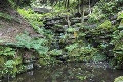 Construa uma ponte sobre e a ravina em jardins Terraced de Rivington Fotos de Stock Royalty Free