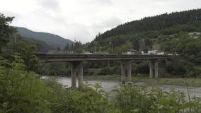 Construa uma ponte sobre no rio Timelapse das montanhas na natureza de Geórgia do Caucasian com árvores e nuvens vídeos de arquivo