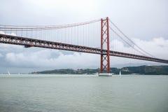 Construa uma ponte sobre o 25 de abril chamado em Lisboa em Portugal contra o céu Foto de Stock Royalty Free