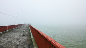 Construa uma ponte sobre o esticão na névoa da manhã na mola Fotografia de Stock Royalty Free