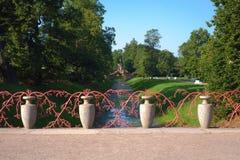 Construa uma ponte sobre o parapeito dos vasos decorativos e do sutiã coral Foto de Stock Royalty Free