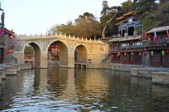 Construa uma ponte sobre perto do palácio de verão, Pequim, China imagens de stock