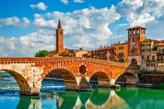 Construa uma ponte sobre Ponte Pietra em Verona no rio de Adige fotos de stock
