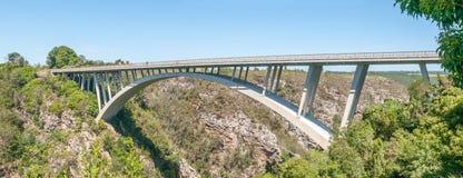 Construa uma ponte sobre sobre o rio das tempestades Fotografia de Stock