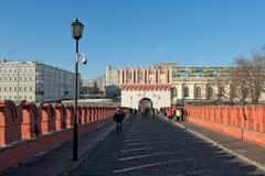 Construa uma ponte sobre Troitsky, vista da torre de Kutafia Fotos de Stock Royalty Free