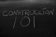 Construccià ³ n 101 på en svart tavla Översättning: Byggande av 101 Royaltyfri Bild