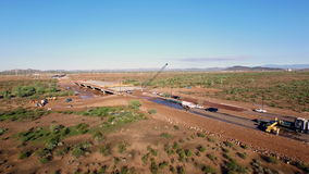 Construcción aérea del nuevo puente de la carretera almacen de metraje de vídeo