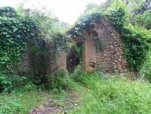 Construcción abandonada paisaje verde corso Foto de archivo