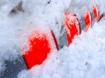 Construcción anaranjada del cilindro debajo de la nieve Foto de archivo libre de regalías