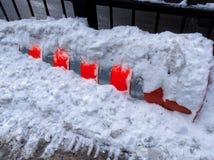 Construcción anaranjada del cilindro debajo de la nieve Fotografía de archivo libre de regalías