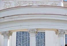 Construcción arquitectónica con las columnas Fotos de archivo