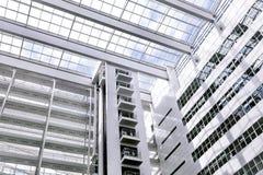 Construcción blanca grande de la palma del cielo azul del edificio de oficinas mucha Den Haag Hague de alta tecnología dentro den fotos de archivo