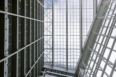 Construcción blanca grande de la palma del cielo azul del edificio de oficinas mucha Den Haag Hague de alta tecnología dentro den imagen de archivo libre de regalías