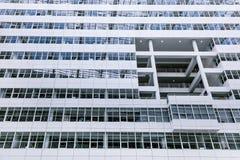 Construcción blanca grande de la palma del cielo azul del edificio de oficinas mucha Den Haag Hague de alta tecnología dentro den fotografía de archivo