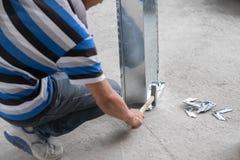 Construcción china que trabaja martillando el conducto Fotografía de archivo libre de regalías