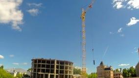 Construcción con grúa en el sitio con los trabajadores Revestimientos del tiempo metrajes