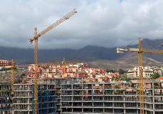 Construcción con las grúas de construcción Foto de archivo libre de regalías