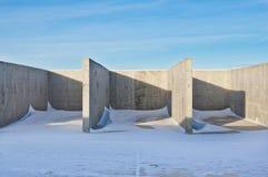 Construcción concreta en el fondo del paisaje del invierno imagenes de archivo