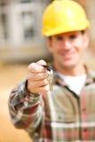 Construcción: Contratista que lleva a cabo llave de la casa Foto de archivo libre de regalías