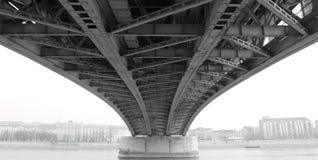 Construcción de acero abstracta de debajo el puente Fotografía de archivo