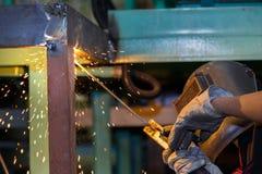 Construcción de acero de la soldadura del trabajador por la soldadura eléctrica Fotos de archivo libres de regalías