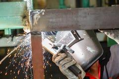 Construcción de acero de la soldadura del trabajador por la soldadura eléctrica Foto de archivo libre de regalías