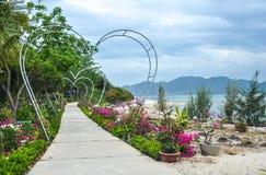 Construcción de arcos bajo la forma de corazones en Vietnam imagen de archivo