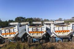 Construcción de carreteras de los camiones Imágenes de archivo libres de regalías