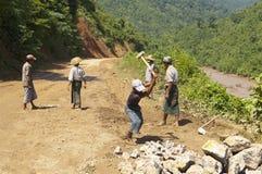 CONSTRUCCIÓN DE CARRETERAS EN BIRMANIA (MYANMAR). Fotos de archivo
