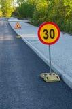 Construcción de carreteras que advierte muestras de la limitación de la velocidad de la American National Standard Fotos de archivo libres de regalías