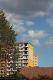 Construcción de casas cerca del bosque Imagen de archivo libre de regalías
