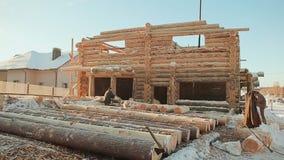 Construcción de casas de madera Emplazamiento de la obra del invierno Albañilería canadiense del ángulo Estilo canadiense almacen de metraje de vídeo