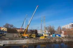 Construcción de casas en la orilla del río imagen de archivo