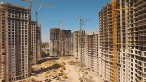 Construcción de casas Mosca del abejón sobre emplazamiento de la obra con grúa almacen de video