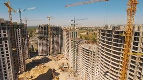 Construcción de casas Mosca del abejón sobre emplazamiento de la obra con grúa metrajes