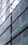Construcción de cristal y concreta con reflexiones Foto de archivo libre de regalías