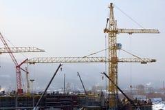 Construcción de edificios con la grúa Imágenes de archivo libres de regalías