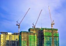 Construcción de edificios con la grúa Foto de archivo libre de regalías