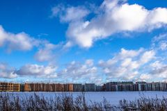 Construcción de edificios residenciales de varios pisos en la ciudad grande Paisaje de la ciudad del invierno fotos de archivo libres de regalías