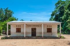 Construcción de escuelas en el pueblo Imagen de archivo libre de regalías