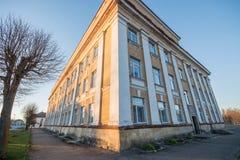 Construcción de escuelas vieja, landscpe blanco y negro Fotos de archivo libres de regalías